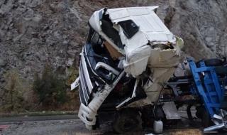 Камион се разби в преброителен пункт на АПИ