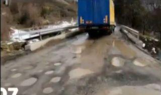 От АПИ започнаха ремонт на окаян път в Софийско едва когато разбраха, че има протест и идват медиите