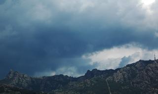 """Седем планински спасители измъкнаха жена, пострадала в """"Сините камъни"""""""