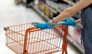 Носенето на ръкавици в магазина не само не ни пази, но е и опасно