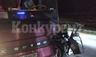 Автобус с работници удари лек автомобил между Мездра и Ботевград