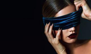 Млада моделка почти ослепя, след като татуира очите си