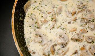 Рецепта на деня: Гъби с подправки в заквасена сметана