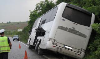 Автобус с деца се удари в камион край Търговище