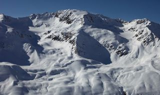 Няколко души се издирват след падане на лавина в Кавказ