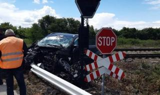 Бързият влак от Варна за София дерайлира след удар с лек автомобил