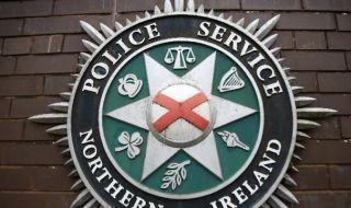 Война в Белфаст: Престрелка със запалителни бомби, ранени полицаи и опожарен автобус
