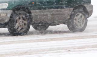 Лоши метеорологични условия в Троянския проход, преминават автомобили до 12 т