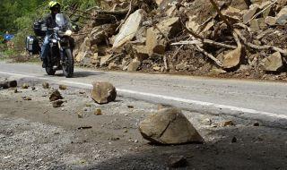 Разчистват около 100 тона скална маса, паднала на пътя Кричим – Девин - 1
