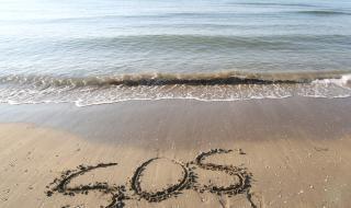 Надпис на плажа спаси трима моряци (ВИДЕО)