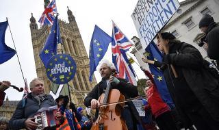 Британски министри: Въвеждането на карантина за пристигащи в страната е много важно