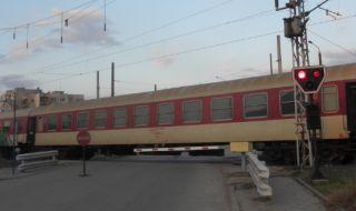 Влак удари камион при вдигнати бариери в Лом