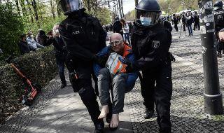 Протести в Берлин срещу COVID мерки, полицията използва сълзотворен газ - 1