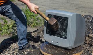 Мъж строши телевизор на пазара в Ямбол в знак на протест срещу карантината