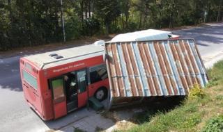 Автобус се вряза в спирка на градския транспорт