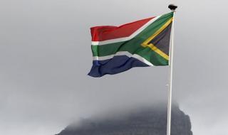 Полицията в Кейптаун не допусна да бъде демонтиран паметник пред сградата на южноафриканския парламент