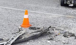 Трима пострадали след челен удар между два леки автомобила в Старозагорско