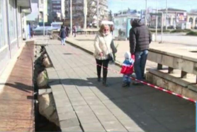 Мъж пропадна в дупка на тротоар в Русе, опитвайки се да го обезопаси
