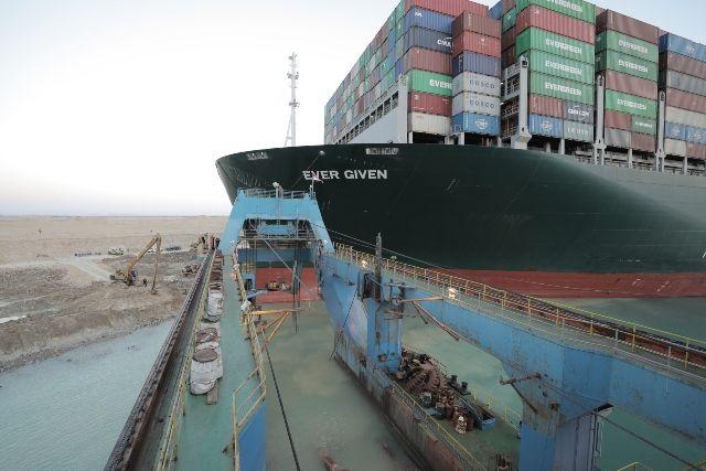 Освободиха кораба, който блокира Суецкия канал