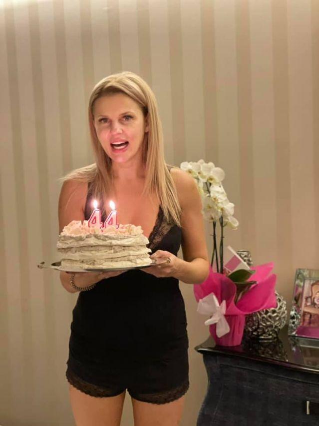 Вдовицата на Шарлопов отпразнува 44-ия си рожден ден по секси пижама (СНИМКА)