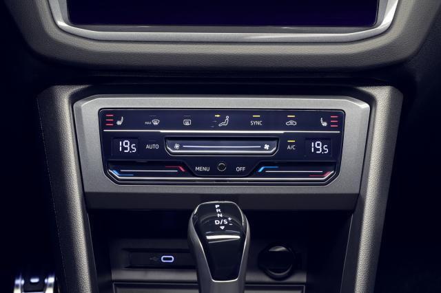 Цифрови сензорни панели вместо бутони и контролни прибори за новия Volkswagen Tiguan