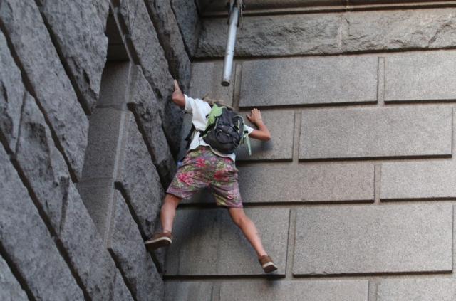 Момиче се покатери по сградата на бившия Партиен дом