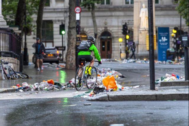 UEFA EURO 2020: Улиците на Лондон осъмнаха с тонове боклук след финала