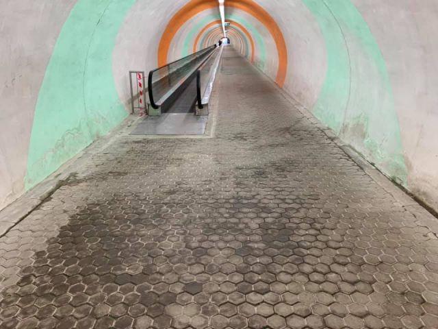 Разпадът продължава: Протече пешеходен тунел на метрото