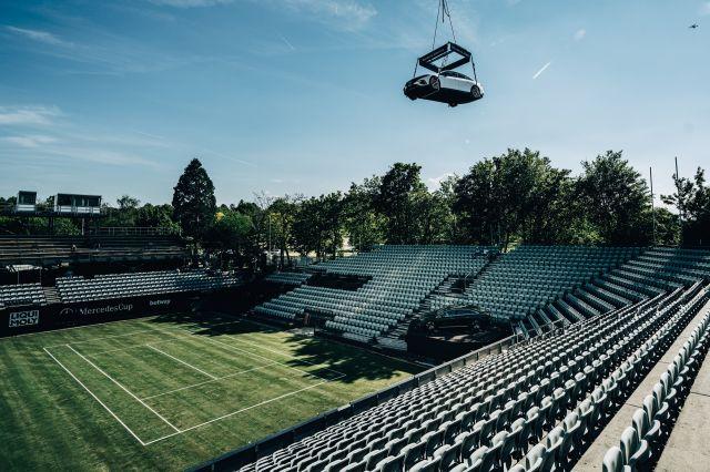 Реклама в небето или как Mercedes EQS ще виси над тенис корт