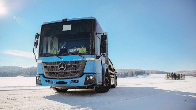 Mercedes тества електрически камиони в студа