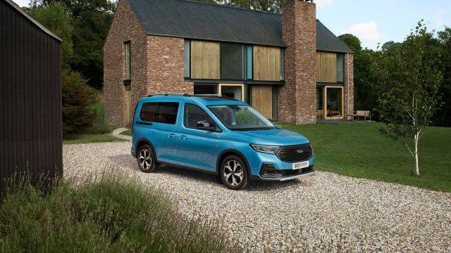 Новият Ford Tourneo дебютира с огромна решетка и множество прилики с VW Caddy