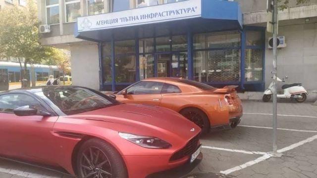 Спортни коли за 300 хиляди лева пред сградата на АПИ (СНИМКА)