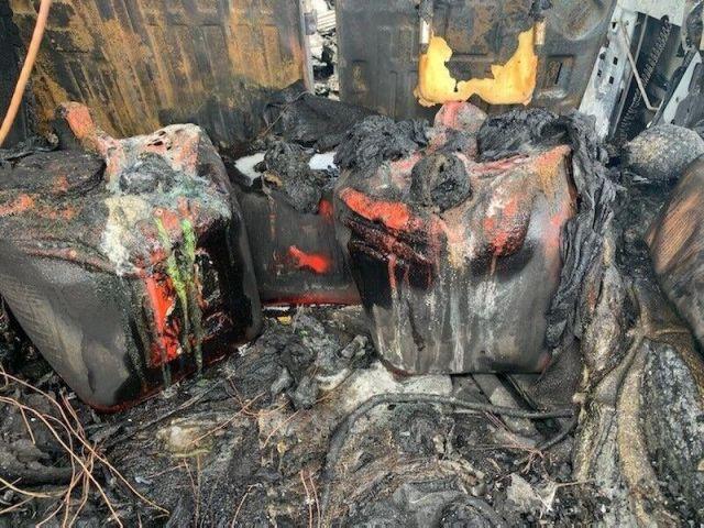 Шофьор случайно изгори колата си, зареждайки 80 литра бензин в багажника