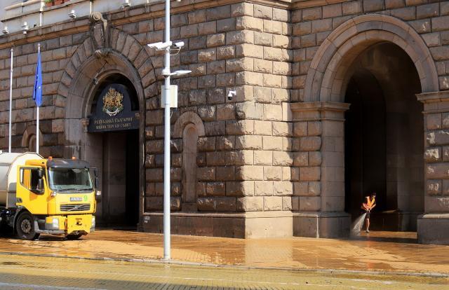 Почистиха фасадата на Министерски съвет от снощните яйца (СНИМКИ)