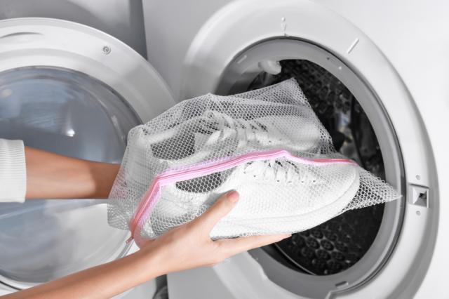 Грубите грешки при прането на маратонки и кецове в пералнята