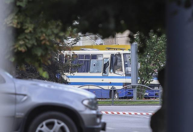 Заложническа криза! Въоръжен похити автобус в Западна Украйна (СНИМКИ)
