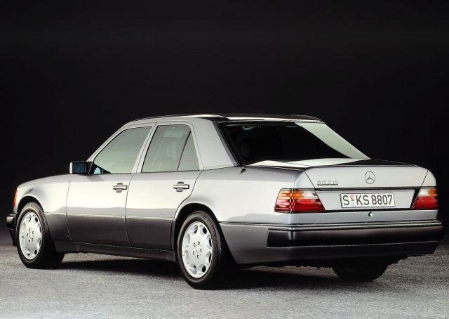 Porsche чества 30 години от създаването на Mercedes 500E