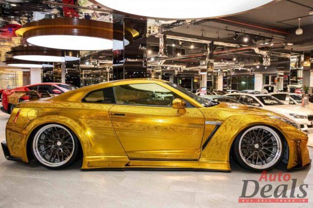 Продава се златен Nissan GT-R