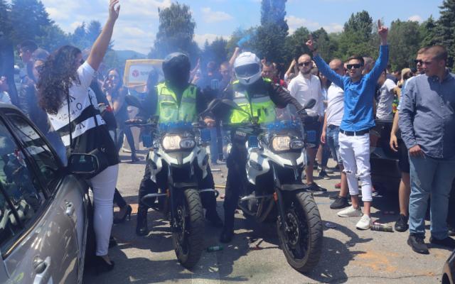 """2000 абитуриенти празнуват пред Националния исторически музей в """"Бояна"""""""