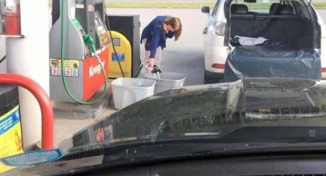 Властите в Америка призовават хората да НЕ пълнят найлонови пликове с гориво
