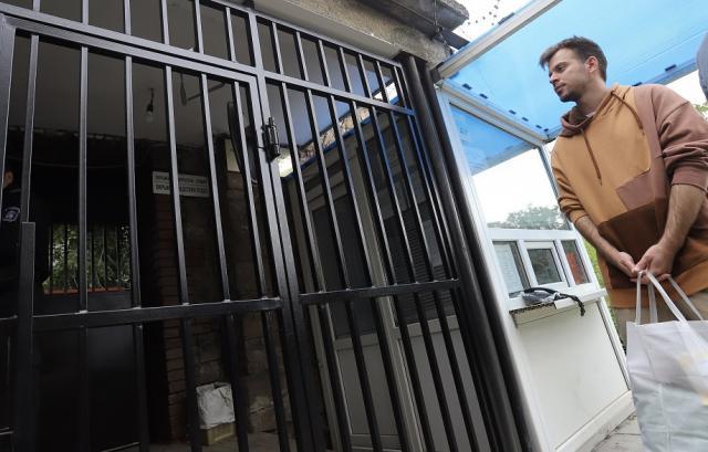 Скилър отиде сам до ареста, не го пускат вътре (СНИМКИ)