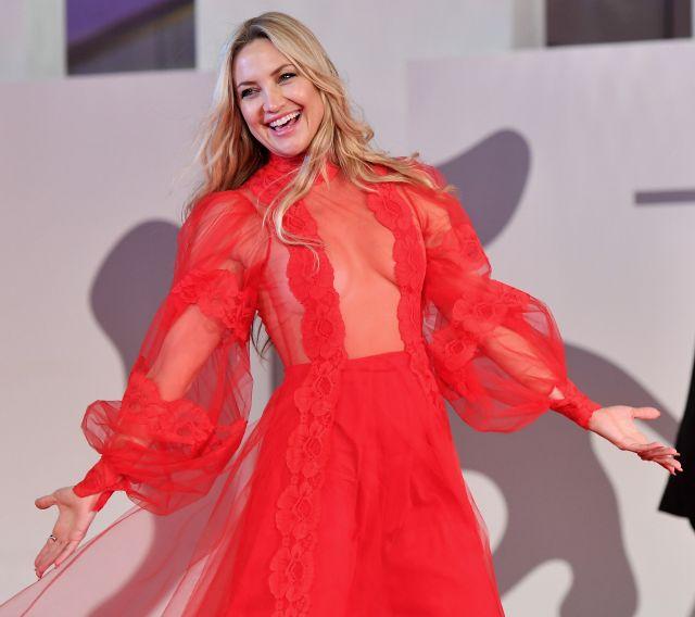 Холивудска актриса провокира с прозрачна рокля