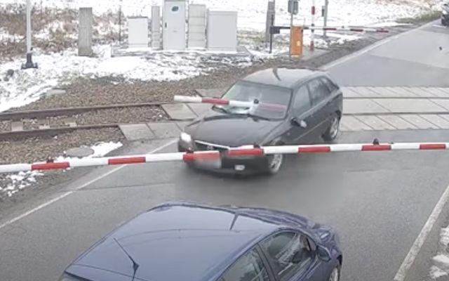 Като по филмите: Mazda се измъкна от полицията благодарение на ЖП прелез и преминаващ влак (ВИДЕО)
