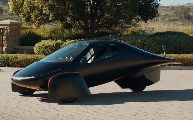 Пускат в продажба двуместен триколесен електромобил с автономен пробег 1 600 км