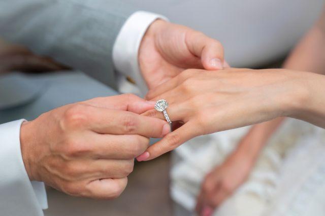 На коя ръка се носи годежният пръстен?