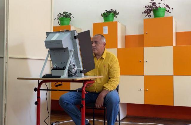 Борисов гласува, беснее срещу всички: Хаосът е тотален, целта им е Рашков да кърка пред президентството (ВИДЕО)
