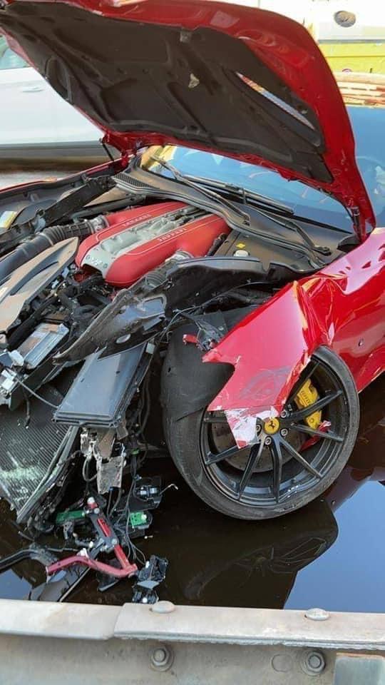 Футболист остави Ferrari на автомивка - върнаха му го потрошено