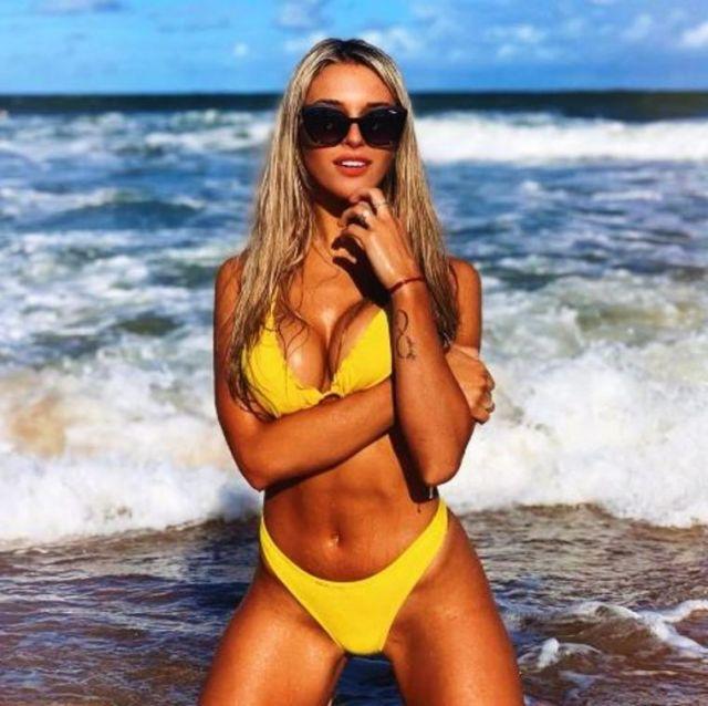 Футболна съпруга радва мъжкото око с пищна гръд в секси бански (СНИМКИ)