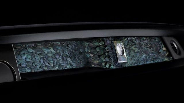 Природозащитниците да не се паникьосват: Rolls-Royce направи арматурно табло с екзотични птичи пера