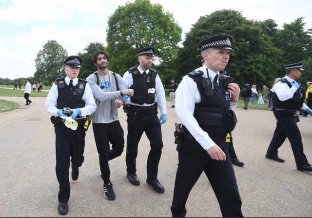 Арестуваха десетки протестиращи заради пандемията (СНИМКИ)